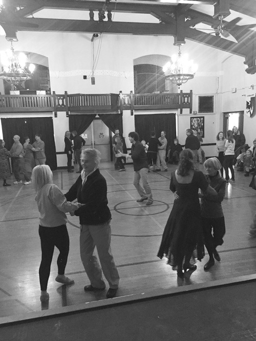 dancers-learn-to-swing
